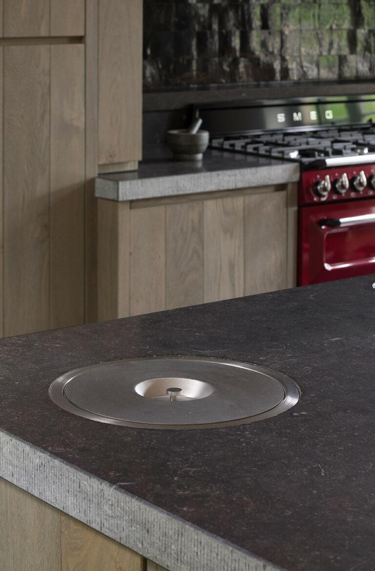 Granieten werkblad in klassieke houten keuken