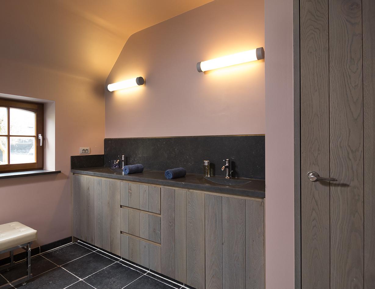 Donkere badkamermeubels met granieten bovenblad