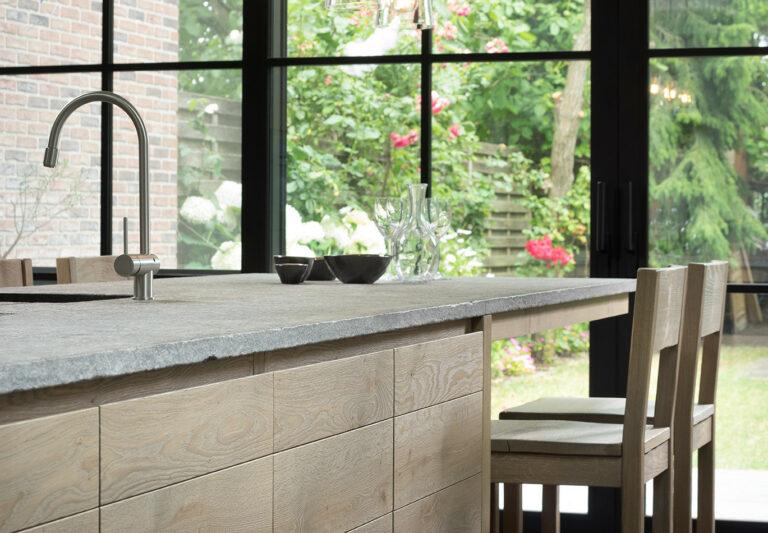 Granieten werkblad in combinatie met eikenhouten keuken
