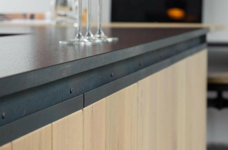 Detail houten kasten met granieten werkblad