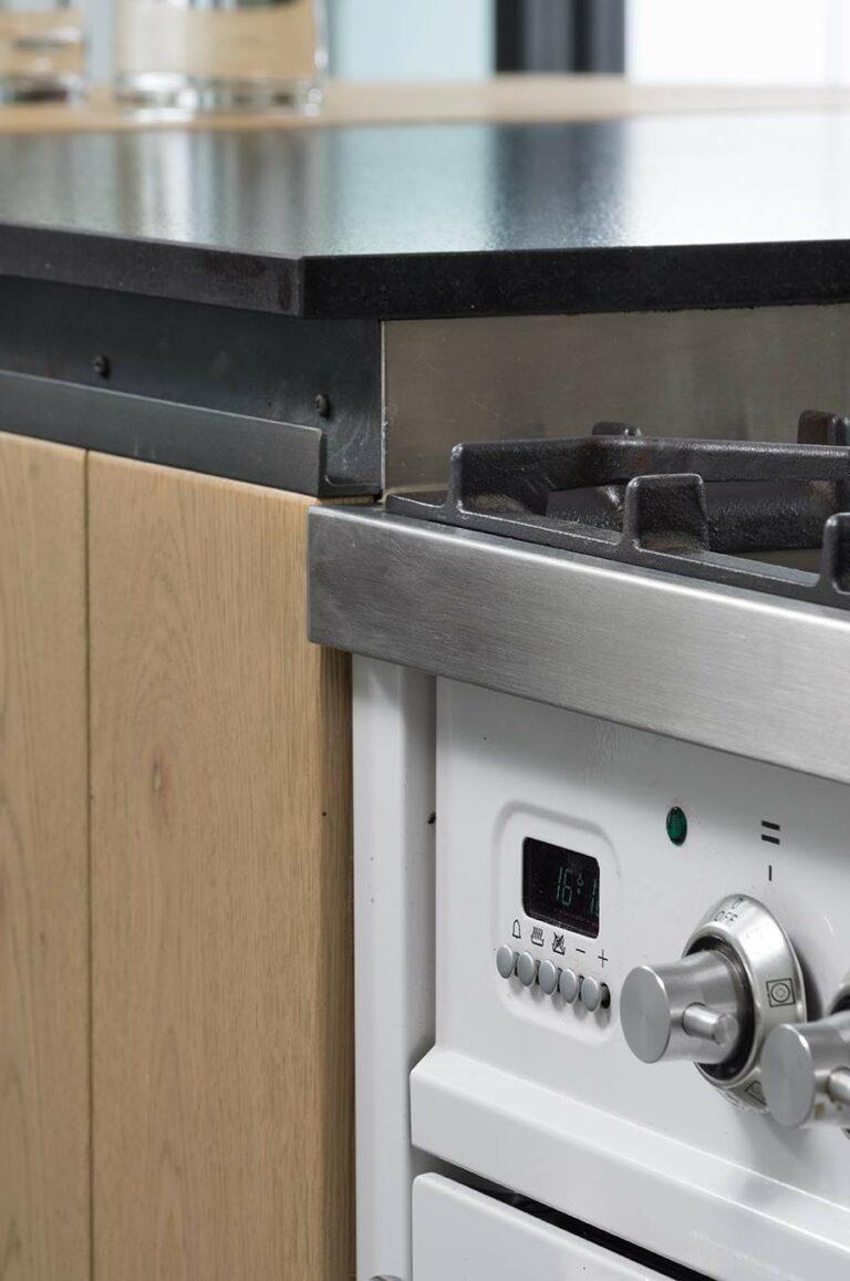 Detail fornuis en houten keukenkasten