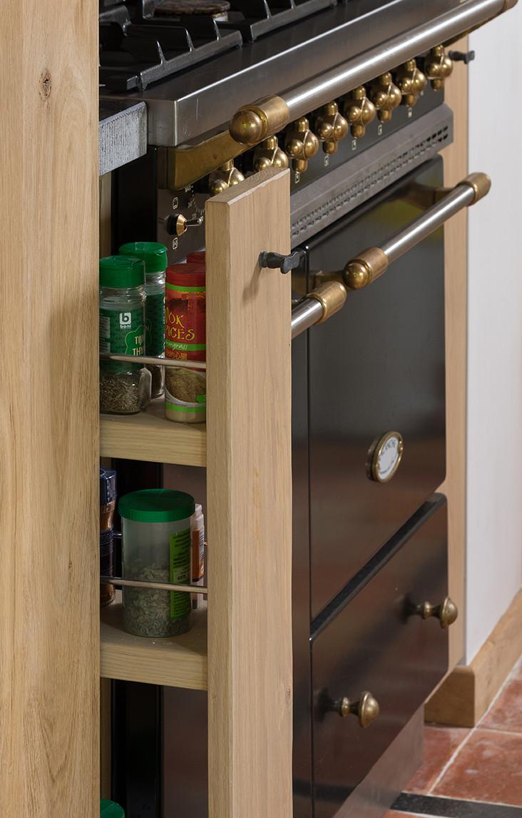 Handig kruidenrekje naast authentieke oven