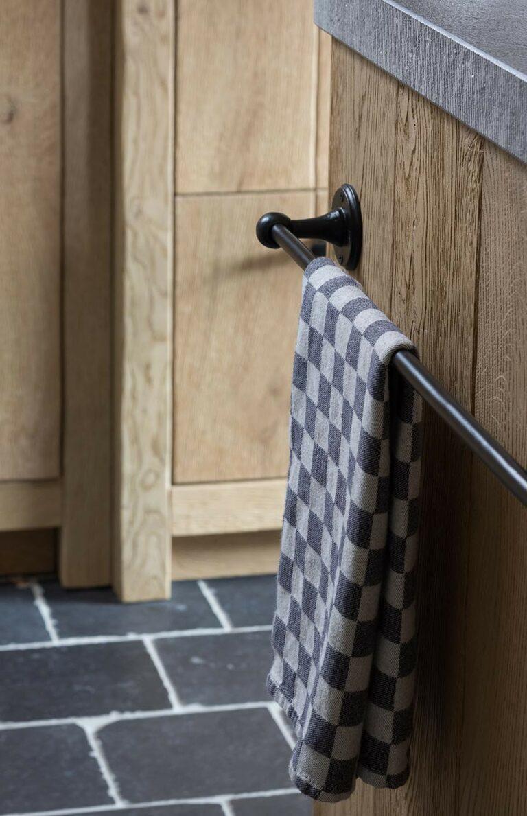 Handdoek aan metalen hangbar