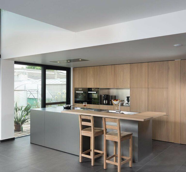 Greeploze eikenhouten keukenkasten met grijs kookeiland