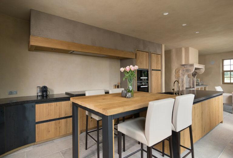 Houten keuken met aardetinten