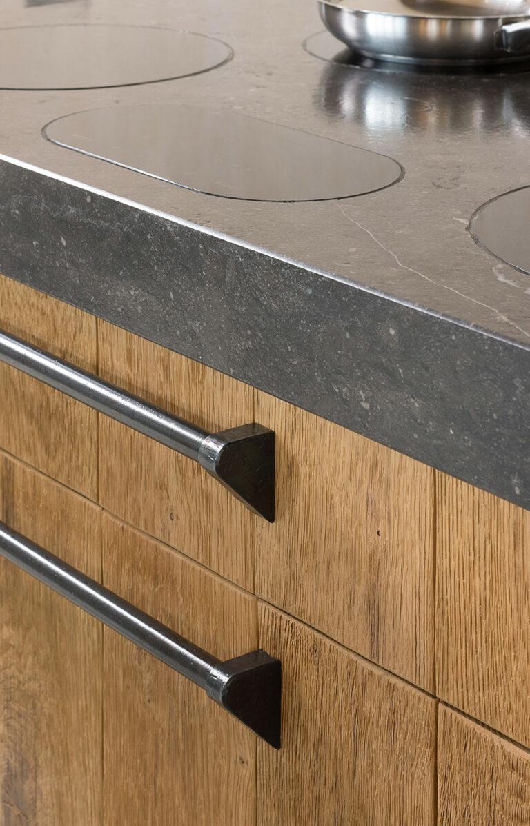 Detail eikenhouten kookplaats