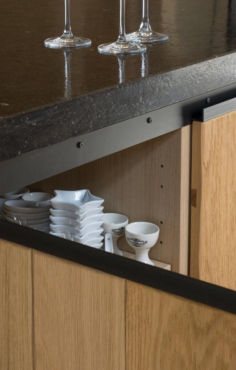 Detail houten keuken met opbergkasten