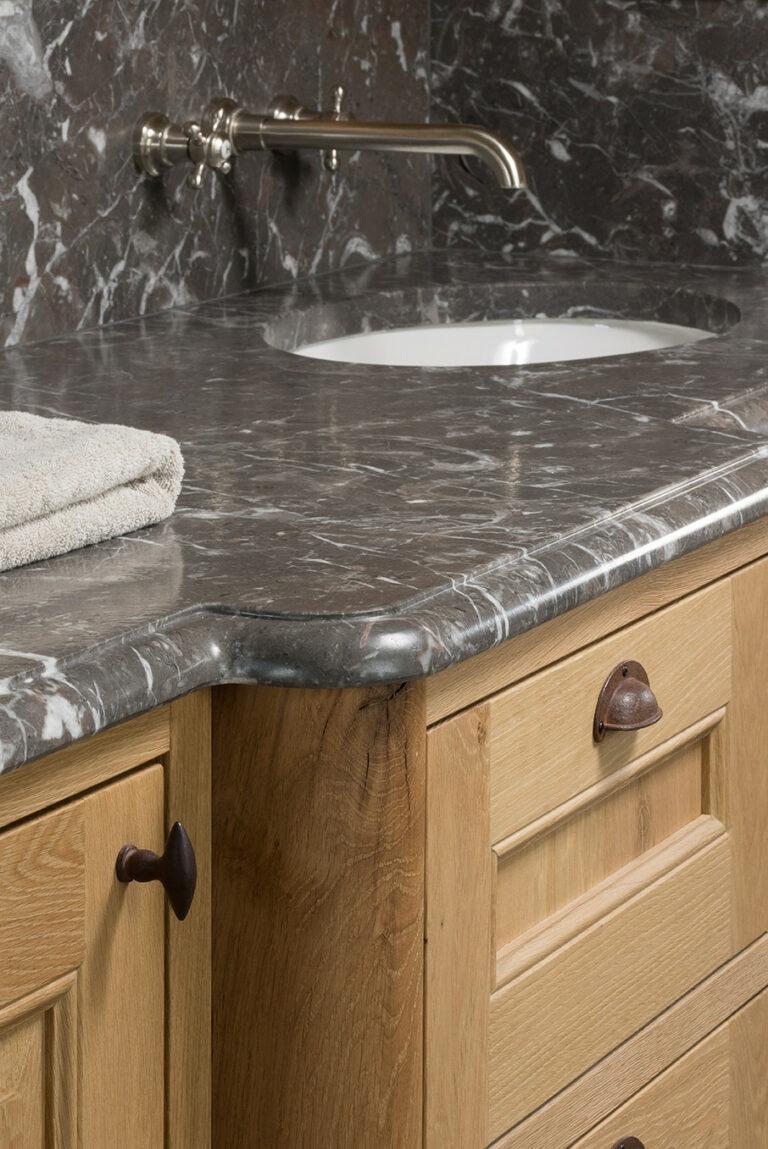 Marmeren bovenblad van houten badkamerkast