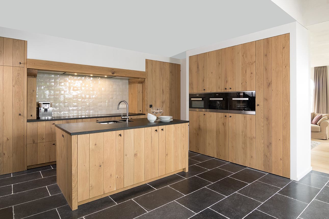 Strakke eikenhouten keuken met kookeiland