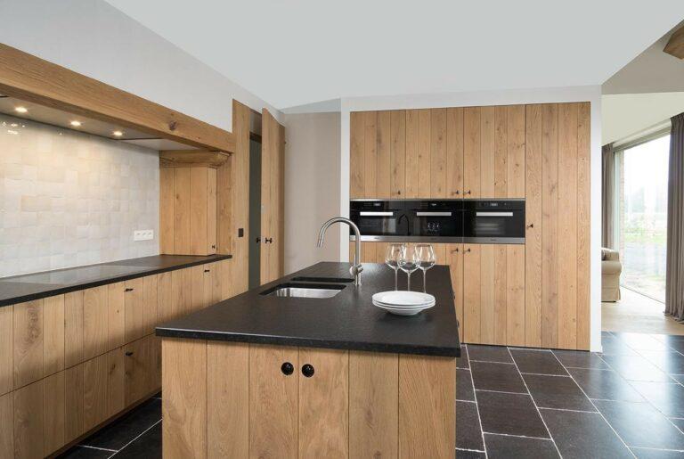 Houten keuken met ruime inbouwkasten