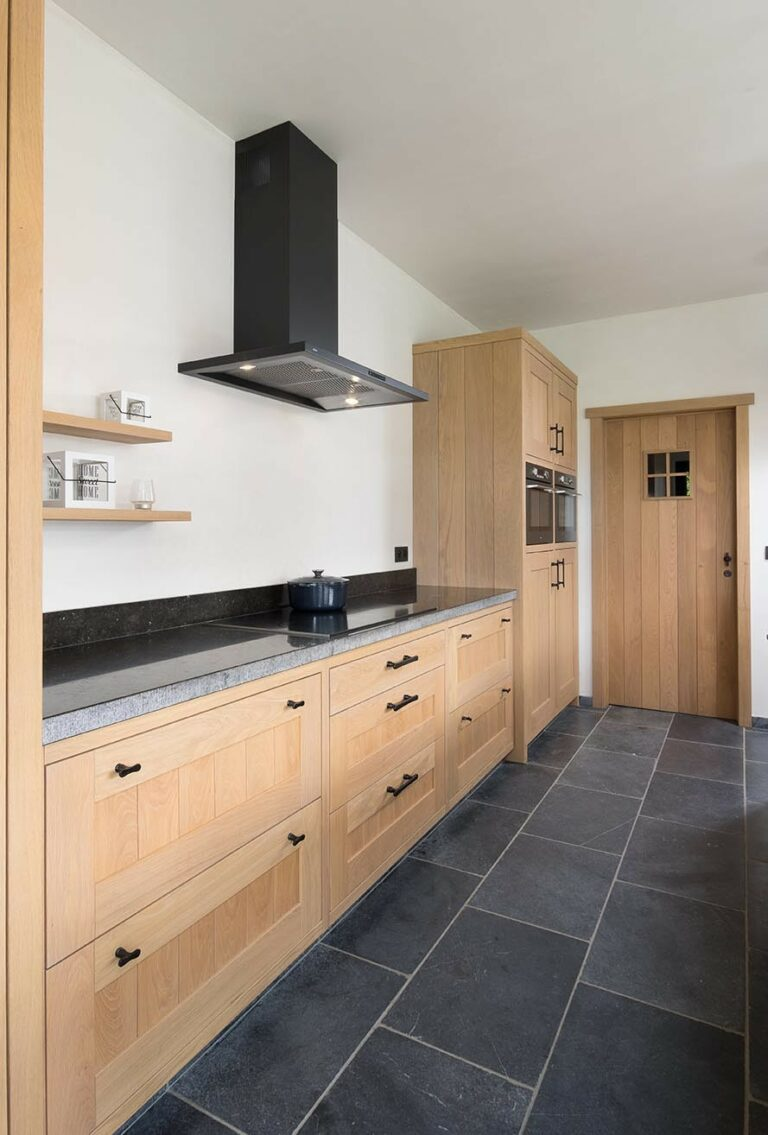 Eikenhouten keuken tegen witte muur