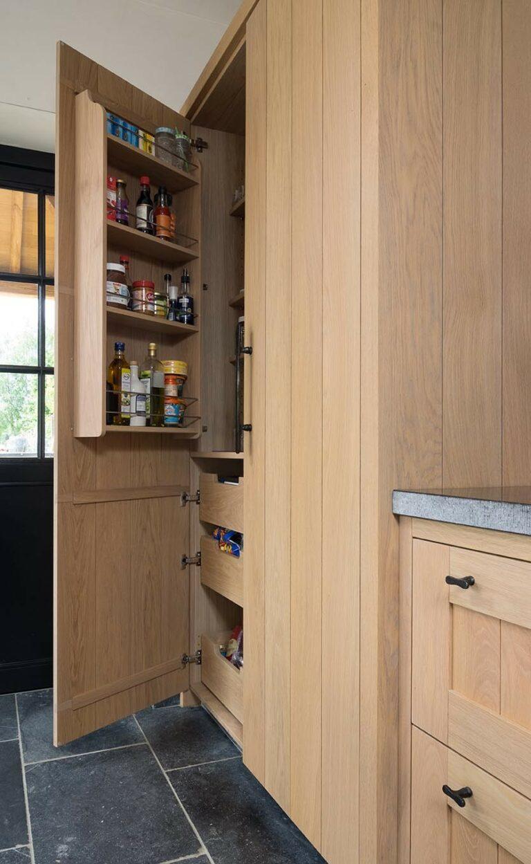 Ruime houten opbergkast met kruidenrek in deur