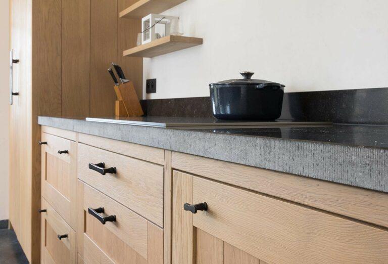 Eikenhouten keuken met zwart werkblad
