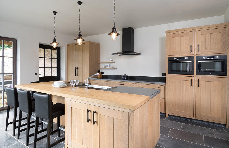 Eikenhouten keuken met klassieke hanglampen