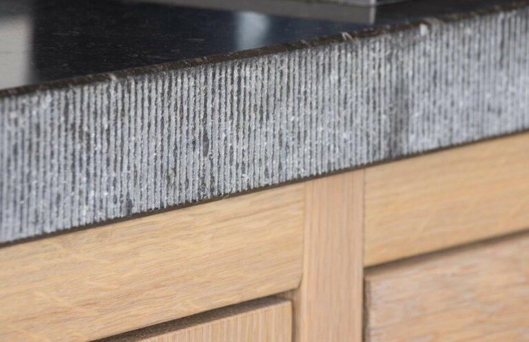 Houten kast met granieten werkblad