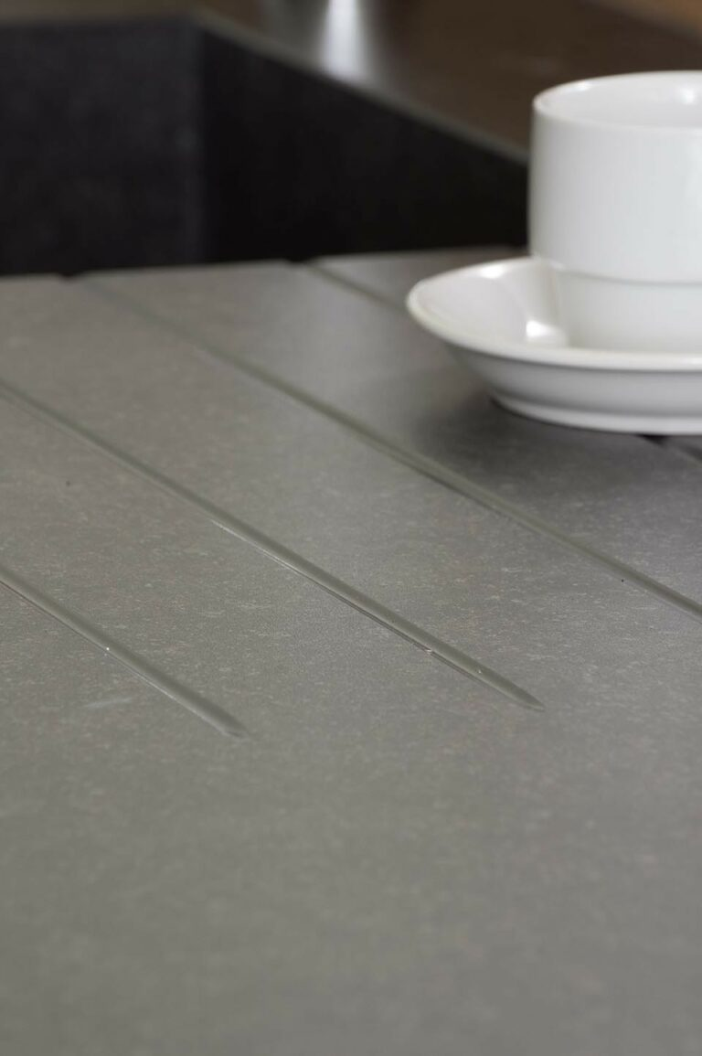 Detail van granieten werkblad en koffiekopje