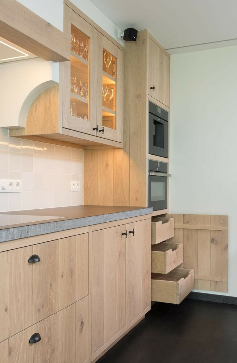 Eikenhouten keuken met opbergruimte en inbouwtoestellen