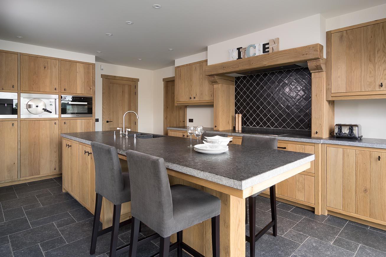 Eikenhouten keuken met handige lunchhoek