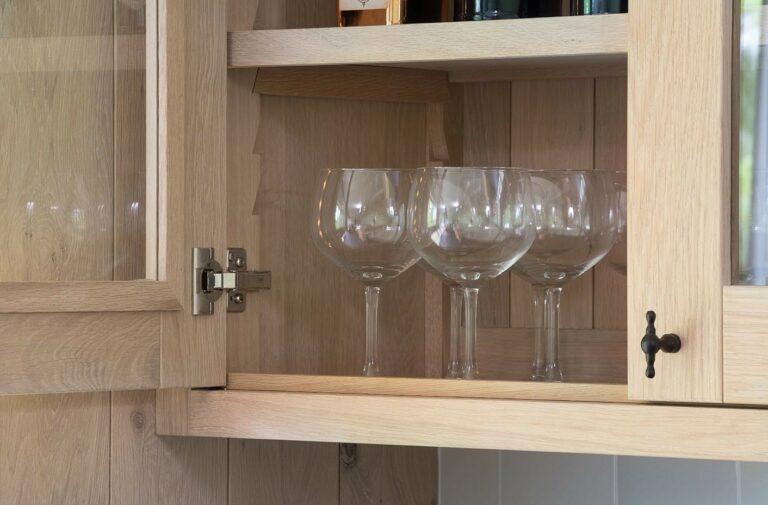 Glazen keukenkast voor wijn- en champagneglazen