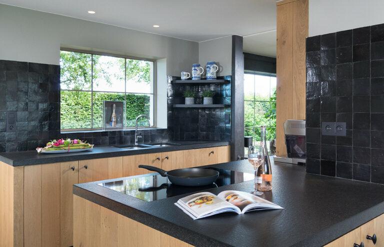 Zwarte houten keuken met ruime lichtinval
