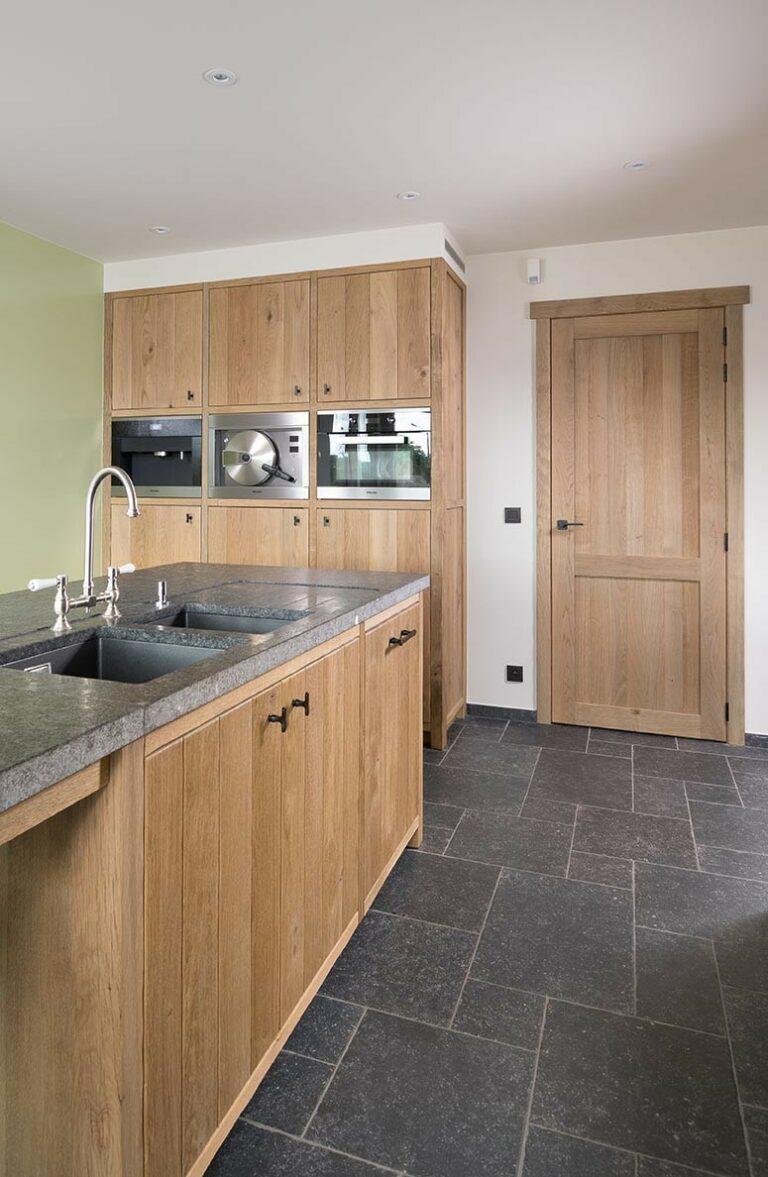 Eiken keukeneiland met dubbele spoelbakken
