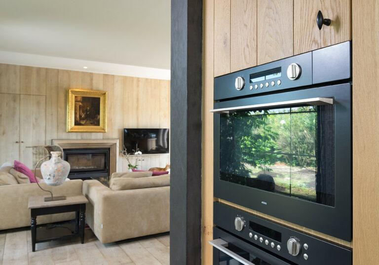 Overgang tussen eikenhouten keuken en woonkamer