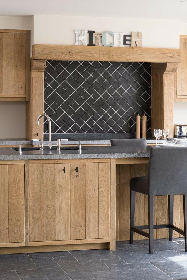 Houten keuken met zwarte detailmuur