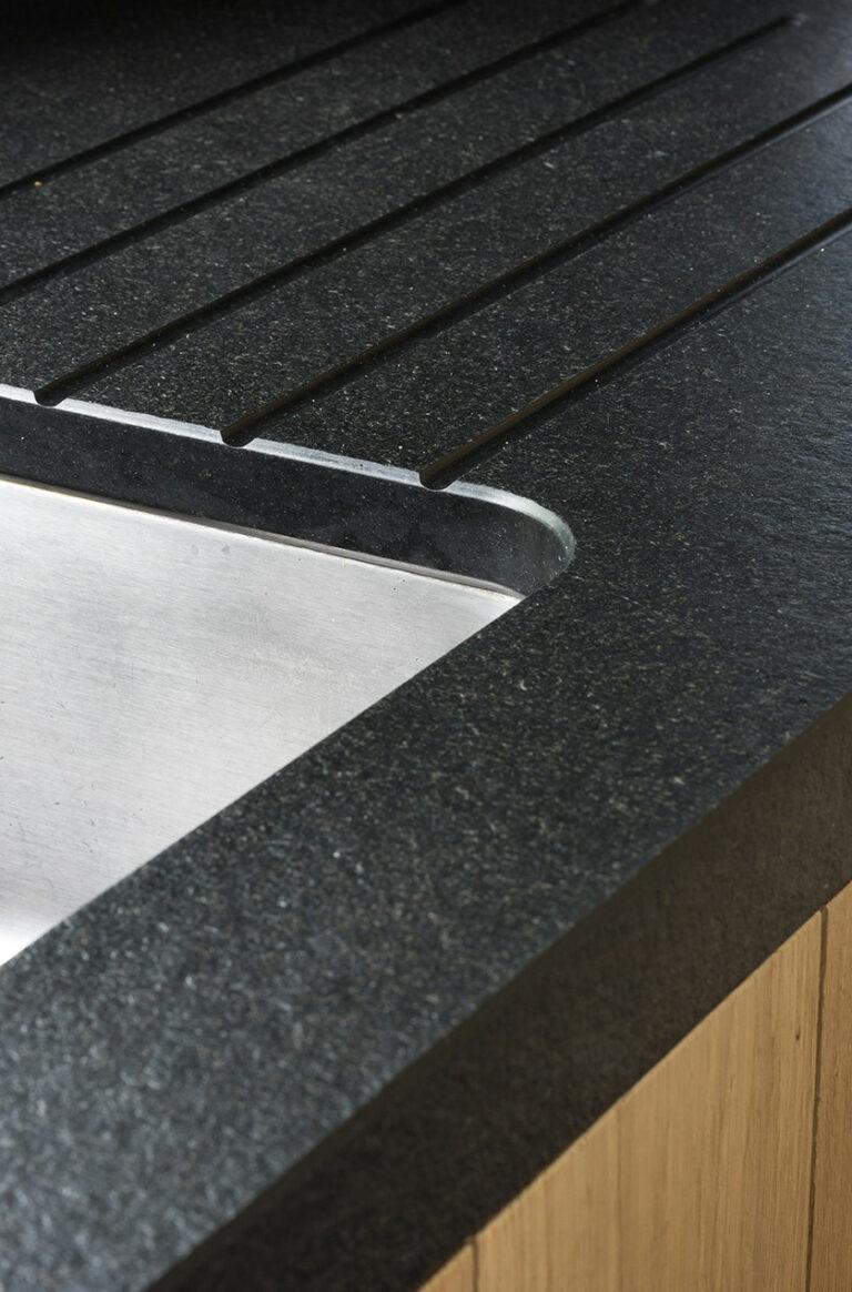 Detail van zwart werkblad met spikkels