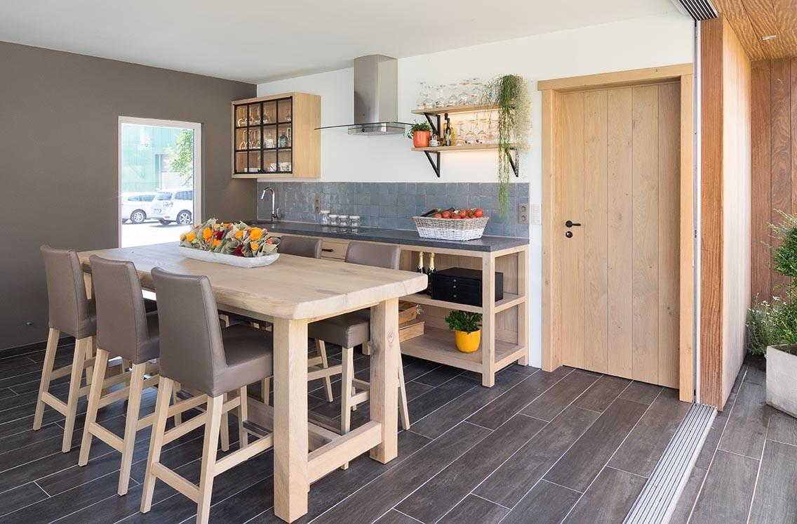 Eiken keuken met zwart werkblad