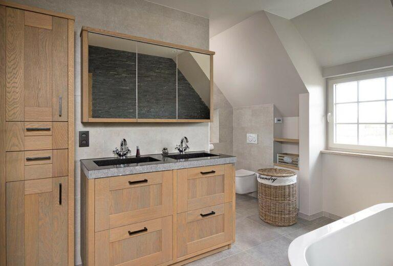 Eikenhouten badkamer met ligbad