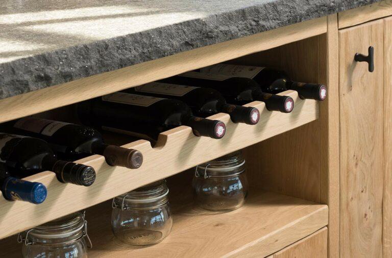 Eikenhouten wijnrek geïntegreerd in keuken