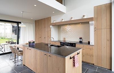 Kookeiland met houten keukenkastjes