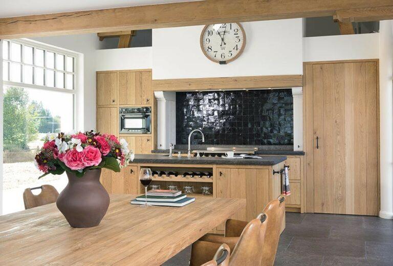 Klassieke houten keuken met ruime kookruimte