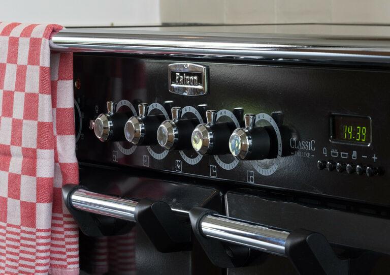 Zwart retro fornuis met keukenhanddoek