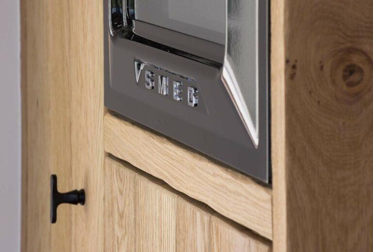 Ingebouwd Smeg keukentoestel in houten keuken