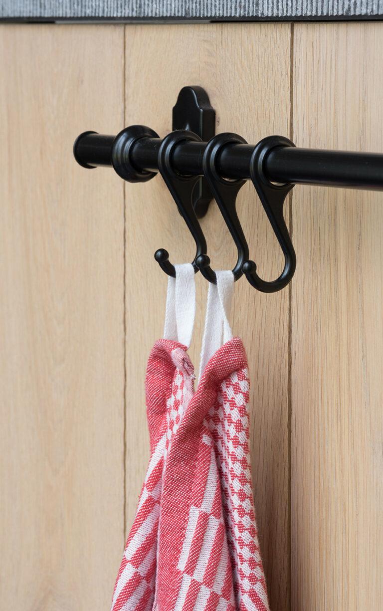 Handdoekhouder houten keukenkast