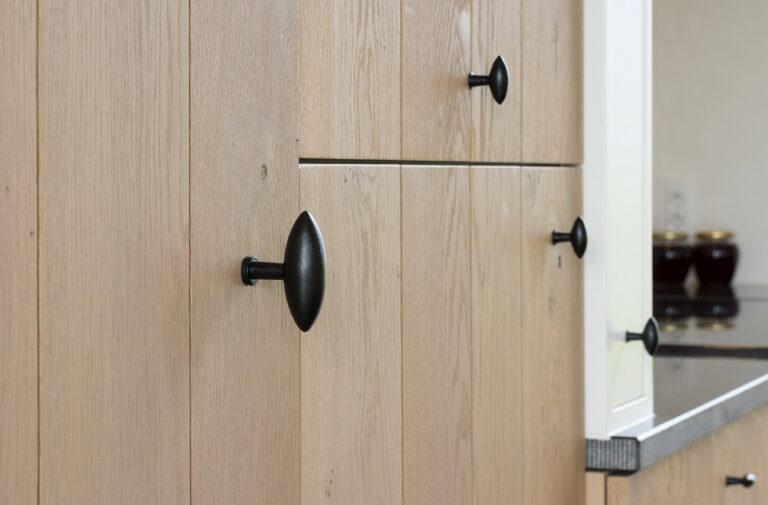 Houten keukenkasten met zwarte handvaten