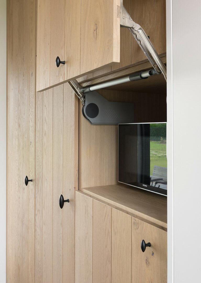 Microgolfkast in houten keuken