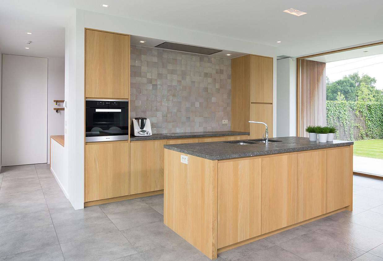 Keukeneiland met greeploze houten opbergkasten