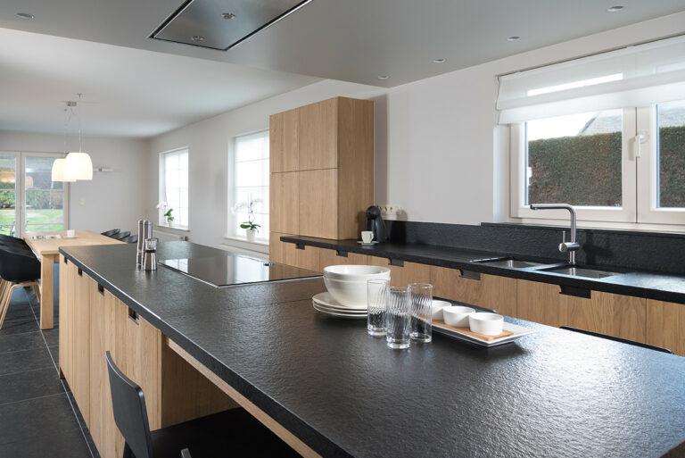 Houten keuken met zwart werkblad