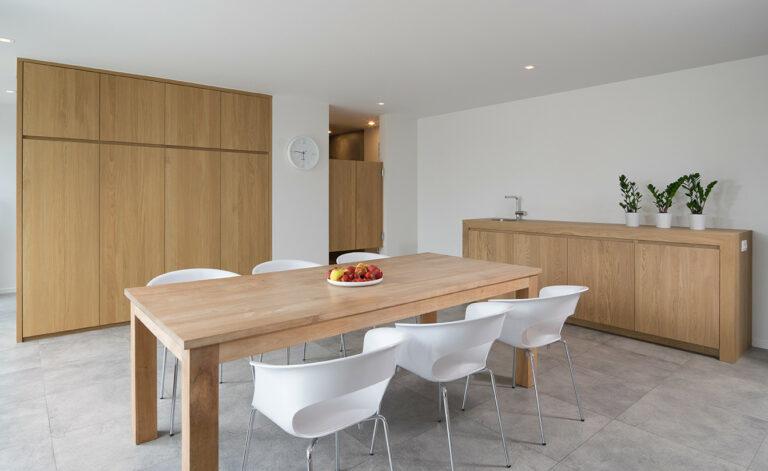 Massieve inbouwkasten, eettafel en dressoir