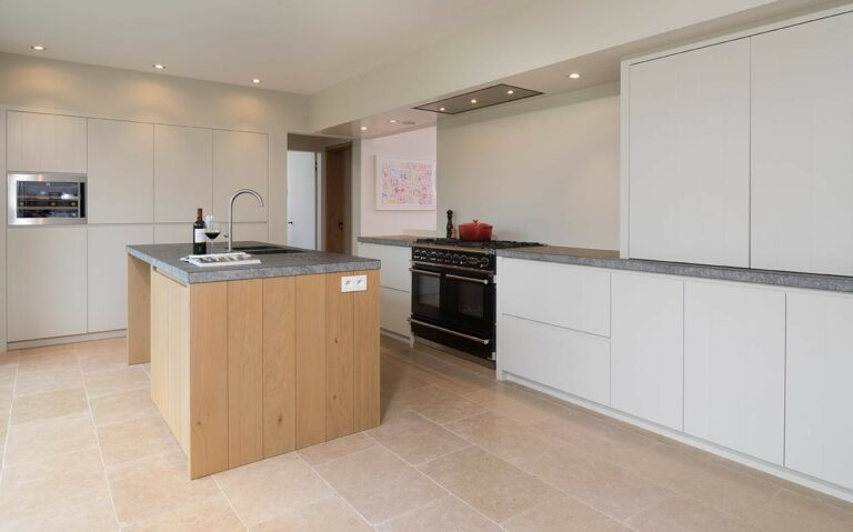 Houten kookeiland in witte eiken keuken