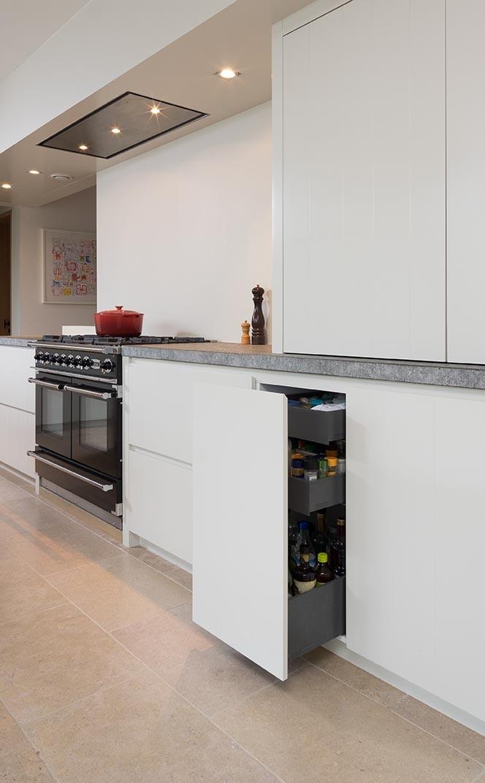 Witte houten keukenkast met opbergruimte