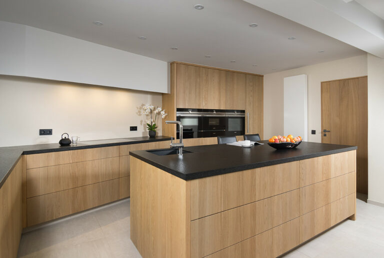 Greeploze houten keuken met keukeneiland