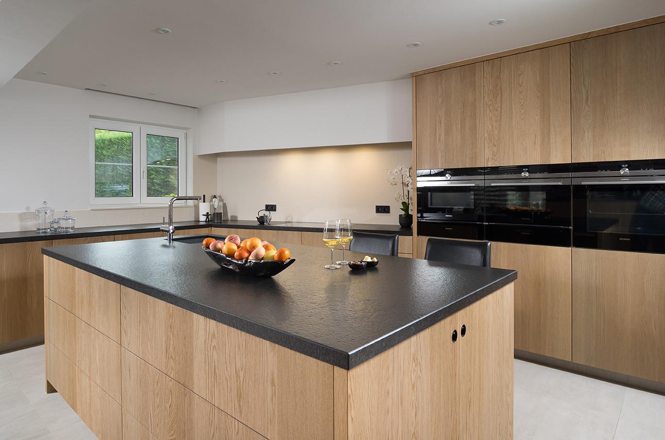Houten keuken met aanrecht in L-vorm