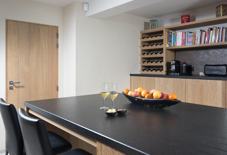 Eikenhouten keuken met wijnkast