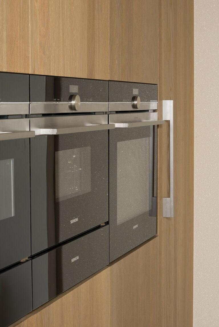 Eikenhouten keuken met oven en microgolf
