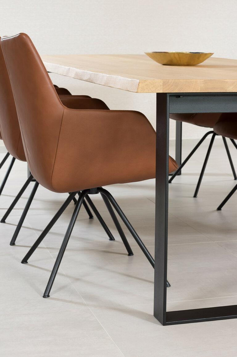 Eikenhouten tafel met lederen bruine stoelen