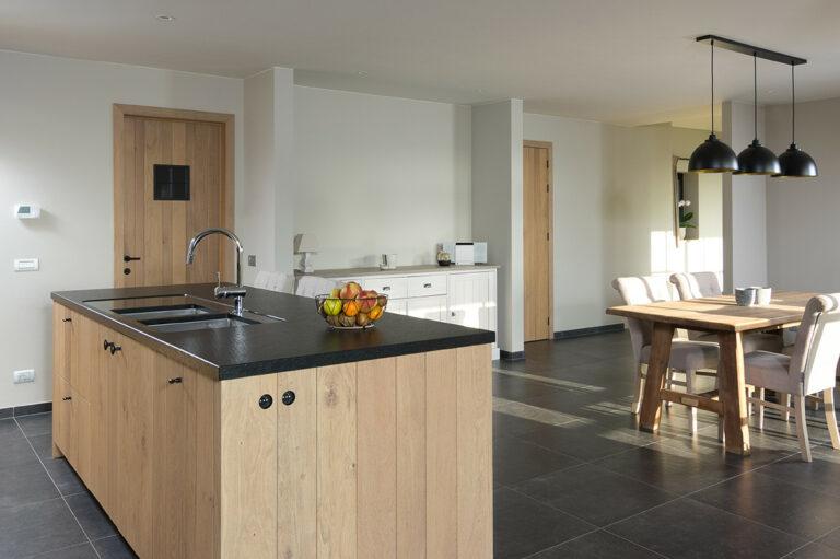 Houten keukeneiland van open keuken