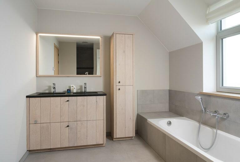 Frisse eikenhouten badkamer